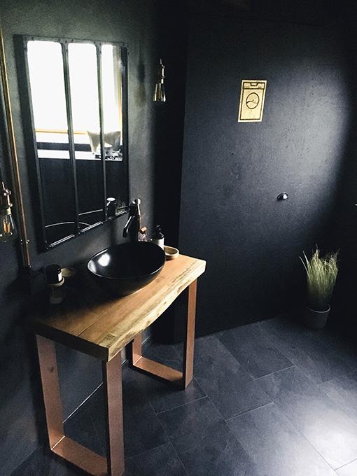 Salle de bain avec pied fer plat doré