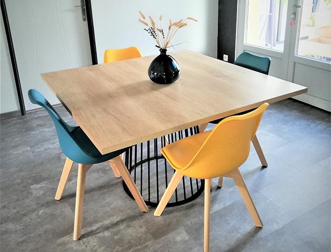 table carrée et colorée